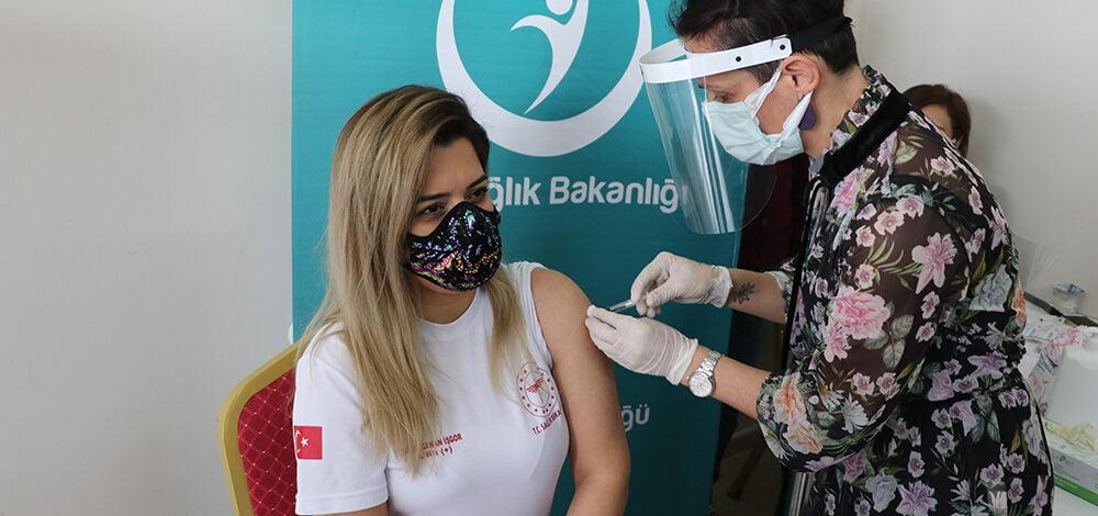 Hastane çalışanlarına Kovid-19 aşısı başladı