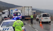 Kıcı'da beton bariyerlere çarpan TIR yolu kapattı!