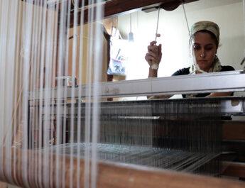 Evine kurduğu tezgahta dokuduğu ipek ürünlerle aile bütçesine katkı sağlıyor